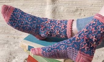 Вязаные носочки с узором Цветочек